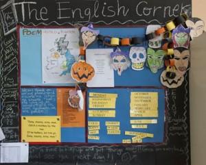 Mural con imágenes y textos en inglés que forma parte del proyecto de mejora de la lengua inglesa