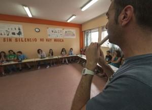 Profesor tocando la flauta en clase de música