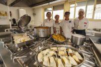 Equipo de cocina del comedor escolar del colegio Buero Vallejo
