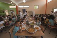 Alumnos de infantil comiendo el el comedor escolar del colegio