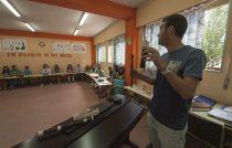 Profesor de música dando clase en el colegio Buero Vallejo de San Sebastián de los Reyes (Madrid)