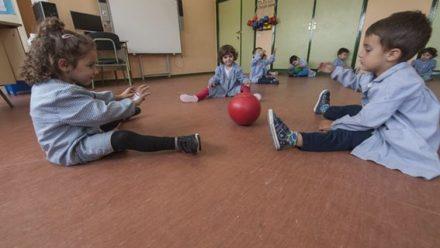 Alumnos de educación infantil en el aula de psicomotricidad