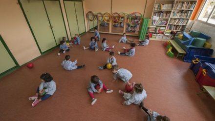 Alumnos de educación infantil en el aula de psicomotricidad del colegio Buero Vallejo de San Sebastián de los Reyes (Madrid)