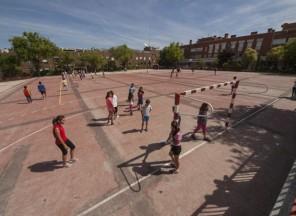 Alumnos pasando el recreo en el patio polideportivo del colegio